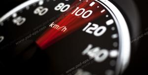 عکس با کیفیت تبلیغاتی کیلومتر شمار ماشین که بین صد تا صد و بیست در حرکت است