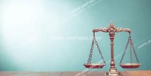 عکس با کیفیت تبلیغاتی ترازو عدالت و بک گراند به رنگ آبی
