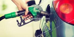 عکس با کیفیت تبلیغاتی مرد در حال بنزین زدن با نازل به ماشین خود