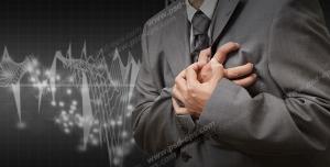 عکس با کیفیت تبلیغاتی درد در ناحیه قلب و فشار آوردن به آن ناحیه به علت کاهش درد