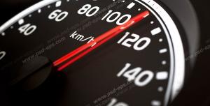 عکس با کیفیت تبلیغاتی کیلومتر شمار ماشین که سرعت صد و ده را نشان می دهد