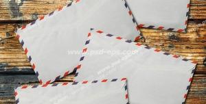 عکس با کیفیت تبلیغات چهار پاکت سفید نامه روی میز