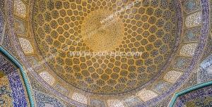عکس با کیفیت تبلیغاتی نمای داخلی گنبد کاشی کاری شده زیبای مسجد با آیات قرآن و پنجره های چوبی که از آن نور به زیبایی به داخل تابیده شده