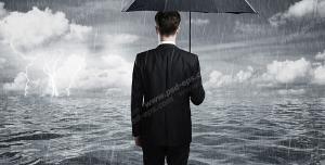عکس با کیفیت تبلیغاتی مرد ایستاده زیر باران با چتر