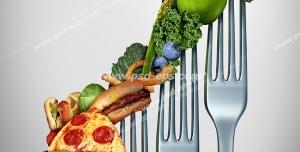 عکس با کیفیت تبلیغاتی چنگال هایی که روی آن ها فست فود و سبزیجات قرار گرفته است