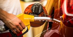 عکس با کیفیت تبلیغاتی بنزین زدن به ماشین توسط مرد