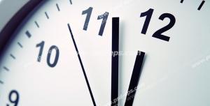عکس با کیفیت تبلیغاتی ساعت سفید ساده از نمای نزدیک