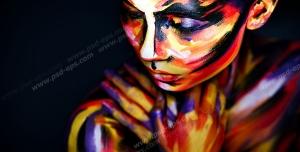 عکس با کیفیت پرتره زیبا از ژست بانویی با آرایشی رنگارنگ