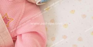 عکس با کیفیت تبلیغاتی نوزاد دختر خوابیده روی تخت