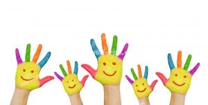 عکس با کیفیت تبلیغاتی دست های زرد با انگشتان رنگی رنگی و صورتک های لبخند