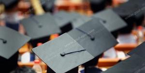 عکس با کیفیت تبلیغاتی کلاه فارغ التحصیلی روی سر دانشجو ها