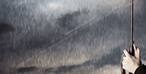 عکس با کیفیت تبلیغاتی چتر در دست مرد