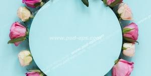 قاب عکس گرد یا دایره ای مزین به گل های رز کرمی و صورتی بر روی زمینه فیروزه ای رنگ