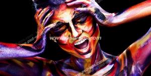عکس با کیفیت نقاشی پرتره دختر جوان مدلینگ با آرایش رنگارنگ بر روی زمینه مشکی