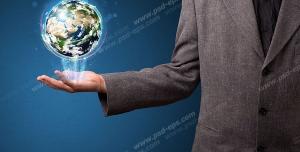 عکس با کیفیت تبلیغاتی کره زمین معلق روی یک دست مرد