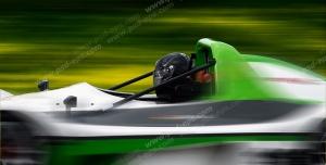 عکس با کیفیت تبلیغاتی ماشین مسابقه سبز در حال مسابقه در پیست سرسبز