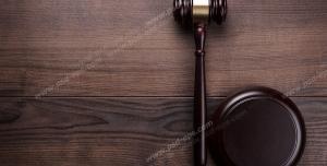 عکس با کیفیت تبلیغاتی چکش عدالت بر روی میز چوبی