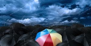 عکس با کیفیت تبلیغاتی چتر رنگارنگ در بین چتر های رنگی