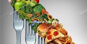 عکس با کیفیت تبلیغاتی سبزیجات و فست فود به روی چنگال