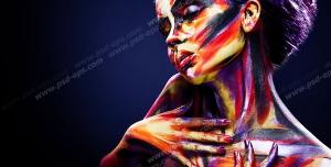 عکس با کیفیت پرتره نقاشی رنگارنگ دختری جوان با فیگوری خاص بر روی زمینه تیره
