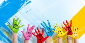 عکس با کیفیت تبلیغاتی دست های رنگ شده زیبا با نقاشی صورتک های خندان