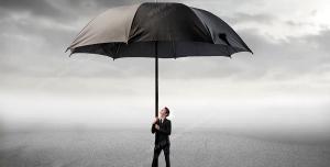 عکس با کیفیت تبلیغاتی چتر بزرگ مشکی در دست مرد