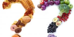 عکس با کیفیت تبلیغاتی دو علامت سوال از جنس یکی شیرینی و فست فود و دیگری از جنس میوه و سبزیجات
