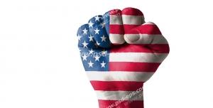 عکس با کیفیت تبلیغاتی دست مشت شده که روی آن پرچم آمریکا حک شده است