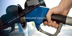 عکس با کیفیت تبلیغاتی مرد در حال بنزین زدن با نازل به رنگ آبی به ماشین خود