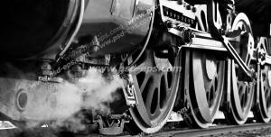 عکس با کیفیت تبلیغات چرخ های بزرگ قطار بر روی ریل