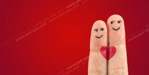 عکس با کیفیت تبلیغاتی دو انگشت اشاره و وسط چسبیده به هم دارای صورتی با نگاه عاشقانه به هم
