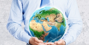 عکس با کیفیت تبلیغاتی کره زمین در آغوش و روی دو دست مرد