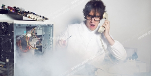 عکس با کیفیت تبلیغاتی مرد در حال صحبت تلفن و کمک خواستن برای تعمیر کیس کامپیوتری که از آن دود بلند شده است
