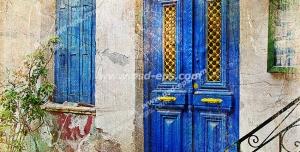 عکس با کیفیت تبلیغاتی در و پنجره چوبی زیبا به رنگ آبی کلاسیک که دو گلدان سفالی زر آن قرار گرفته است
