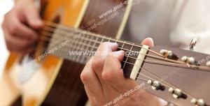 عکس با کیفیت تبلیغاتی مرد در حال نواختن با گیتار کلاسیک