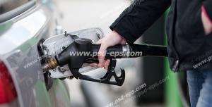 عکس با کیفیت تبلیغاتی مرد در حال بنزین زدن با نازل به داخل باک