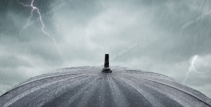 عکس با کیفیت تبلیغاتی چتر مشکی و آسمان ابری همراه با رعد و برق