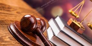 عکس با کیفیت تبلیغاتی چکش عدالت در کنار کتاب قانون