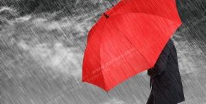 عکس با کیفیت تبلیغاتی مرد چتر به دست در هوای بارانی