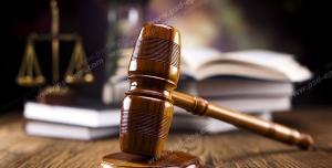 عکس با کیفیت تبلیغاتی چکش عدالت بر روی میز قاضی