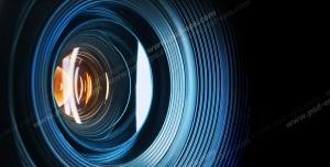 عکس با کیفیت نمای نزدیک از لنز دوربین با تلالو نور آبی بر روی آن
