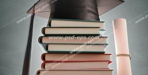عکس با کیفیت تبلیغاتی کلاه فارغ التحصیلی روی کتاب ها