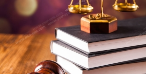 عکس با کیفیت تبلیغاتی ترازو عدالت بر روی کتاب های قانون