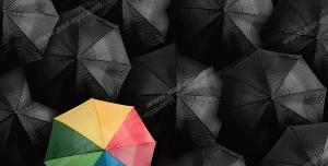 عکس با کیفیت تبلیغاتی چتر رنگین کمانی در بین چتر های مشکی