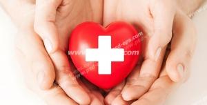 عکس با کیفیت تبلیغاتی علامت کمک های اولیه بر روی قلب کوچک که در دستان پدر و فرزند است