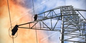 عکس با کیفیت نمای پایین از دکل برق فشار قوی با نمایی از آسمان ابری