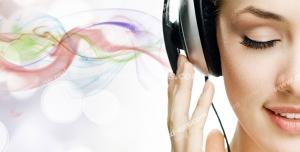 عکس با کیفیت تبلیغات زن در حال موسیقی گوش دادن