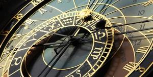 عکس با کیفیت تبلیغاتی ساعت دارای دو صفحه درون هم با قابلیت نمایش زمان و تاریخ