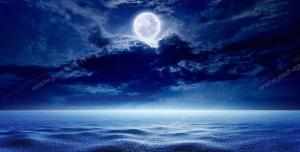 عکس با کیفیت تبلیغاتی ماه نقره ای در آسمان شب