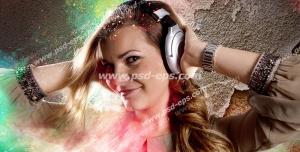 عکس با کیفیت تبلیغات در حال گوش دادن موسیقی با هدفون و هاله ی نور های رنگارنگ